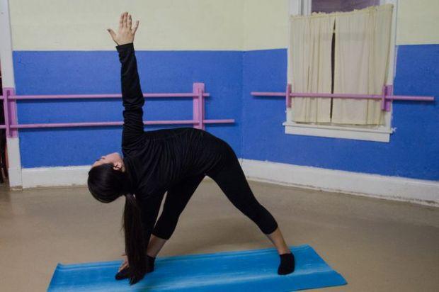 Parivrtta Trikonasana (Twisted Triangle Pose) - peninggibadanoriginal